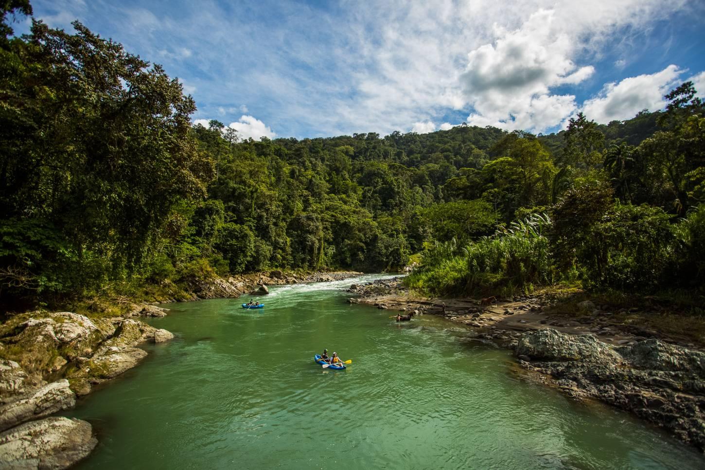 Bedwing de stroomversnellingen van de Rio Pacuare Vaar met een raft tot bij de luxueuze Pacuare Lodge  Kriski Plus