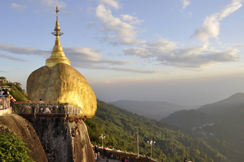 De mysterieus balancerende Gouden Rots Trek met de pelgrims mee naar de heilige Mount Kyaiktiyo Kriski Plus