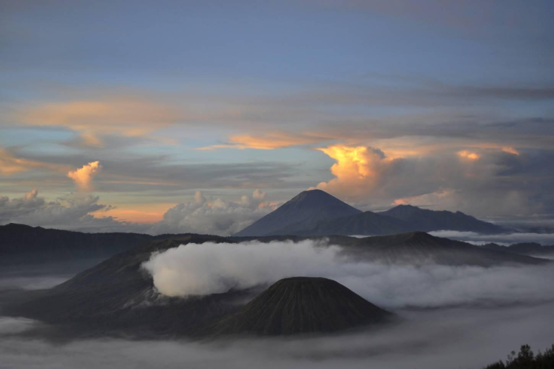Tel de vulkanen op Java Zonsopgang aan de Bromo vulkaan Kriski Plus