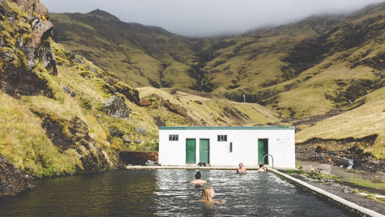 Neem een duik in een antiek zwembad uit 1923 Het natuurlijke buitenzwembad van Seljavallalaug Kriski Plus
