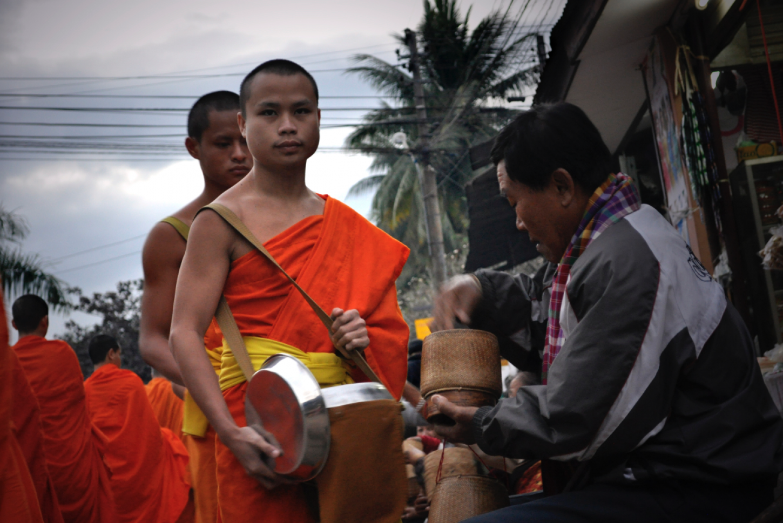Tak Bat bij zonsopgang Beleef de monnikenbedelronde door Luang Prabang Kriski Plus