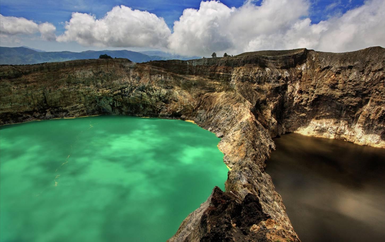 De verkleurende kratermeren van Kelimutu Zie de zon opkomen op de top van de vulkaan Kriski Plus