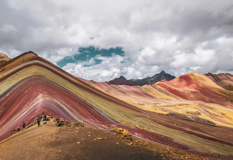 De regenboogberg Vinicunca Vreemde kleurrijke lijnen in de Andes Kriski Plus
