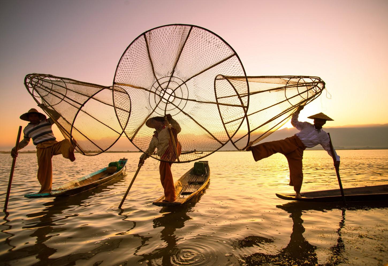 De Intha van Inle Op bezoek bij de Zonen van het Meer Kriski Plus