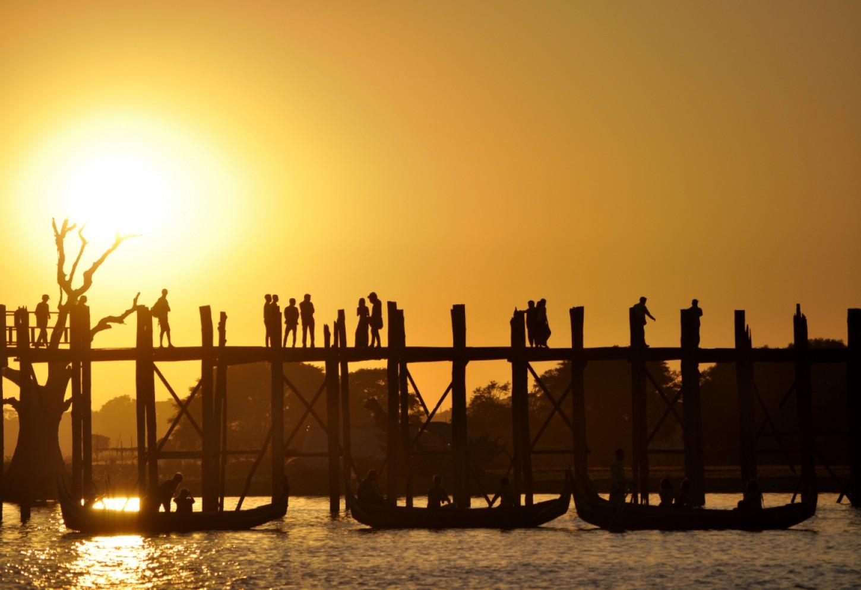 Zonsondergang aan de U Bein brug Kriski Plus