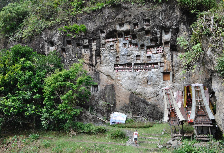 De rotsgraven van Tana Toraja Kriski Plus