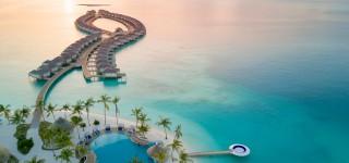Waterpret in het grootste zwembad van de Malediven Familieplezier op een paradijselijk eiland Kriski