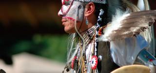 Dans mee rond het kampvuur En logeer in een tipi Kriski Plus