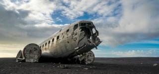 Het vliegtuigwrak van Solheimasandur Trek over een desolaat lavastrand naar de gecrashte DC-3 Kriski Plus